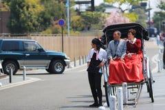 Arashiyama, Япония: Азиатский человек вытягивая вытягиванную рикшу Стоковые Фото