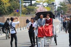 Arashiyama, Япония: Азиатский человек вытягивая вытягиванную рикшу Стоковое фото RF