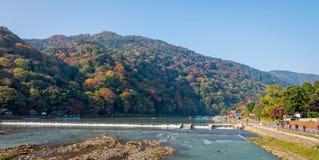 Arashiyama en Hozu-rivier in mooi de herfstseizoen Stock Afbeeldingen