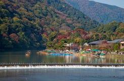 Arashiyama en Hozu-rivier in mooi de herfstseizoen Royalty-vrije Stock Fotografie