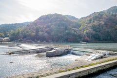 Arashiyama van de damrivier, de Herfst rode boom Royalty-vrije Stock Afbeelding
