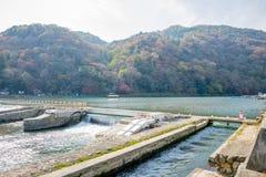 Arashiyama van de damrivier, de Herfst rode boom Royalty-vrije Stock Afbeeldingen