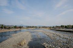 Arashiyama van de damrivier, de Herfst rode boom Stock Fotografie