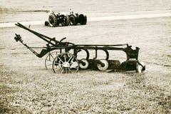 Aratro d'annata in un campo dell'azienda agricola Fotografia Stock