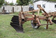 Aratro sul rimorchio per il trattore Aratro per l'aratura del suolo Fotografie Stock Libere da Diritti