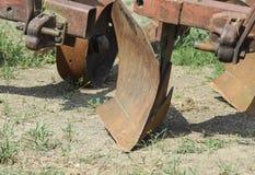 Aratro sul rimorchio per il trattore Aratro per l'aratura del suolo Fotografie Stock
