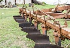 Aratro sul rimorchio per il trattore Aratro per l'aratura del suolo Immagini Stock