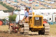 Aratura d'annata del trattore a cingoli Fotografia Stock Libera da Diritti