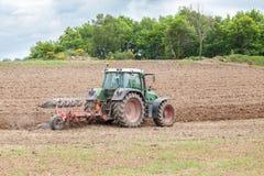 Aratura del campo agricolo per piantare Immagine Stock