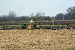 Aratura del campo di grano con un vecchio trattore Fotografia Stock Libera da Diritti