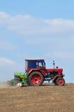 Aratura del trattore agricolo Fotografie Stock Libere da Diritti