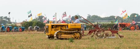Aratura diesel del trattore del trattore a cingoli d'annata Fotografie Stock Libere da Diritti