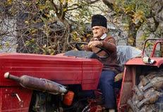 Aratura senior dell'agricoltore Fotografia Stock Libera da Diritti