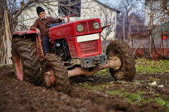 Aratura senior dell'agricoltore Immagini Stock