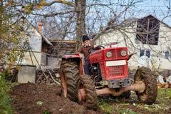 Aratura senior dell'agricoltore Fotografie Stock