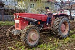 Aratura senior dell'agricoltore Immagini Stock Libere da Diritti