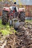 Aratura senior dell'agricoltore Fotografie Stock Libere da Diritti
