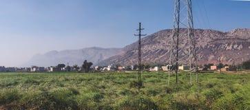 Aravalli wzgórza pasmo przy Rajathan, India z zielonym rolniczym polem obraz stock