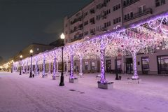 Arbat它是一条非常普遍的步行街道 街道的夜视图新年假日 库存图片