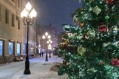 Arbat它是一条非常普遍的步行街道 街道的夜视图新年假日 免版税图库摄影