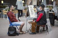 Arbat, Moscou, Russie, le 1er juillet 2017 peintre de rue photos stock