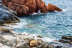Arbatax vaggar röd porfyr den närliggande portCapoBellavista sardegnaen Sardinia Italien Europa arkivbild