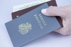 Arbeid, paspoort, en in hand close-up van het sociale zekerheidaantal Stock Foto
