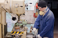 Ingenieur die malenmachine met behulp van royalty-vrije stock afbeelding