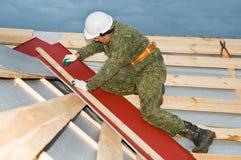 Arbeider aan de dakwerkwerk royalty-vrije stock fotografie
