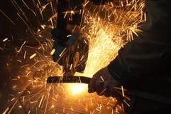Arbeider bij installatie Vonken tijdens verrichting van materiaal royalty-vrije stock afbeeldingen