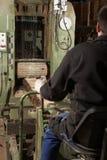 Arbeider bij zaagmolen stock foto's