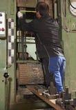 Arbeider bij zaagmolen stock afbeelding