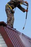 Arbeider bovenop dak Stock Fotografie
