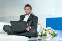 Arbeider in bureau Stock Afbeelding