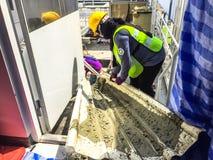 Arbeider of contractant die ruw cement vervoeren door metaalblad voor stichting, bouwconcept royalty-vrije stock afbeeldingen