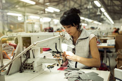 Arbeider in de textielindustrie het naaien Stock Foto's