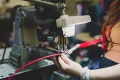 Arbeider in de textielindustrie het naaien stock foto