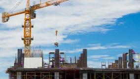 Arbeider die aan een bouwwerf werken stock videobeelden