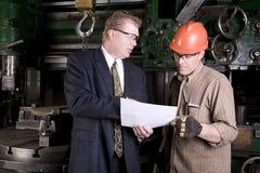 Arbeider die aan werkgever luistert royalty-vrije stock afbeelding