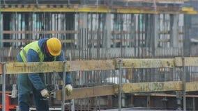 Arbeider die bij de bouw werken stock videobeelden