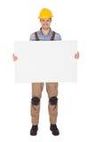 Arbeider die bouwvakker draagt en lege banner houdt Royalty-vrije Stock Foto