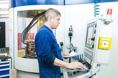 Arbeider die CNC machinecentrum in werking stelt royalty-vrije stock foto's