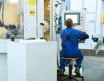 Arbeider die CNC machinecentrum in werking stelt royalty-vrije stock fotografie