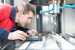 Arbeider die CNC machinecentrum in werking stelt Stock Foto