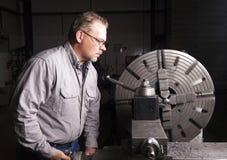 Arbeider die de Draaibank van het Metaal gebruikt Stock Afbeelding