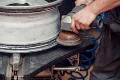 Arbeider die de machine van de bandmolen voor bandwielen met behulp van Royalty-vrije Stock Foto's