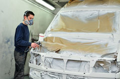Arbeider die een auto schildert. Royalty-vrije Stock Fotografie