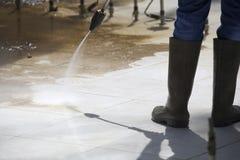 Arbeider die een Fontein schoonmaken door Drukwasmachine Royalty-vrije Stock Afbeeldingen