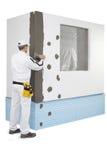 Arbeider die een hoek-lat met een laag bedekken met een stopverf Stock Afbeeldingen