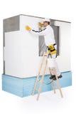 Arbeider die een isolatiepaneel bevestigen Stock Fotografie